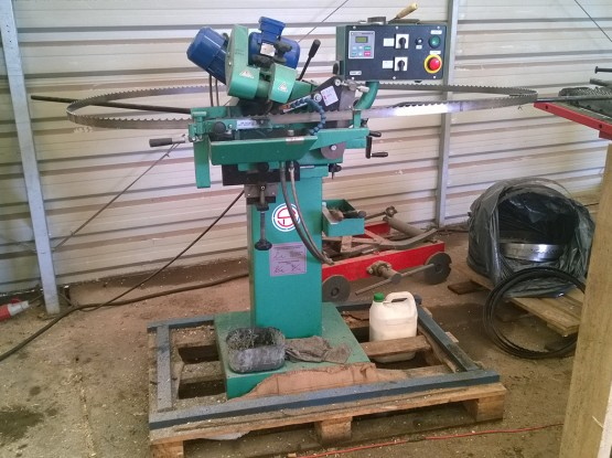 Bandsaw and sawmill blade sharpening machine
